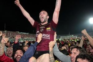 Andrea Luci festeggia la promozione in Serie A con il Livorno.