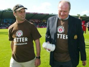 Il presidente del Bayern Monaco (a destra) indossa la maglietta Retter in occasione dell'amichevole organizzata col St. Pauli. L'incasso fu devoluto all'opera di salvataggio.