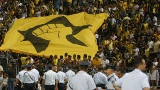 I tifosi del Beitar mostrano il simbolo del Kach Party, partito ultranazionalista israeliano messo fuori legge per incitamento al razzismo.